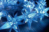 Modře svítící hvězdy dekorativního Garth LED osvětlení podtrhnou slavnostní atmosféru vánočních svátků.
