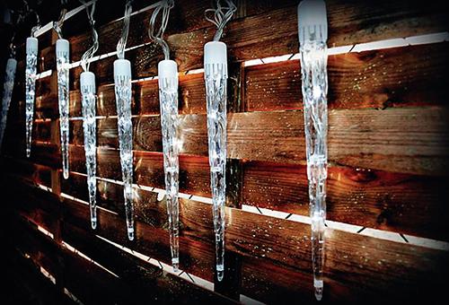 Ledově bílé dekorativní LED osvětlení ve tvaru rampouchů v zimě rozzáří váš dům i zahradu.