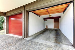 Velikost garáže by měla umožnit pohodlný pohyb kolem auta.