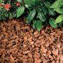 Na zahradu se lépe hodí kůra z listnatých stromů