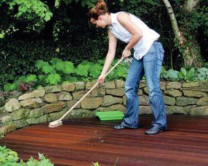 Čištění terasy pomocí Osmo čističe dřevěných teras je snadné.