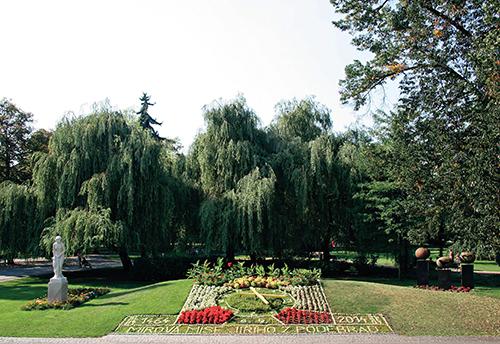 Květinové hodiny a četné plastiky zdobí lázeňský park v Poděbradech.