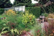 Tato moderní rodinná zahrada bez trávníku spontánně spojuje prvky ozdobnosti i užitkovosti.