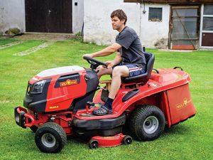 Výkonnější zahradní traktor bývá vybaven hydrostatickou převodovkou, která usnadňuje obsluze práci a poskytuje jí určitý komfort. Šířka záběru činí u podobného stroje zpravidla více než metr.