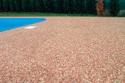Kamenný koberec Piedra je univerzální finální povrch z přírodních mramorových oblázků a pryskyřice.