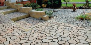 Základní kámen dlažby Custo má nepravidelný tvar a na povrchu falešné spáry.