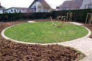 Při rekonstrukci zahrady v roce 2010 byla vytyčena kružnice s trávníkem.