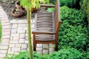 K nejdůležitějším prvkům zahrady patří lavička, která je dobře viditelná ze všech jejích částí.