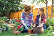 Chcete-li dítě pro práci na zahradě nadchnout, musíte slevit z perfektního provedení a nechat mu prostor.