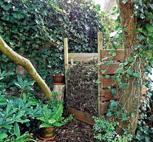 Falešný kompostér je ve skutečnosti šikovným úkrytem pro ježky.
