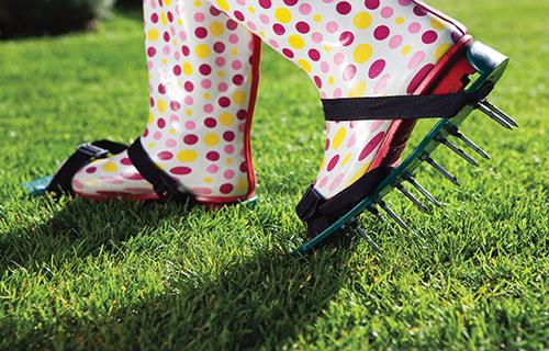 Zvláště na jaře mohou být dobrým pomocníkem tretry určené k provzdušnění trávníku.