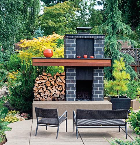 Příprava pokrmů v zahradě na živém ohni je dnes vnímána jako příležitost k relaxaci