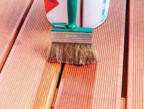 Olej na dřevěné terasy odpuzuje vodu a nečistoty.