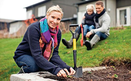 Ten, kdo pracuje na plný úvazek, je často tak časově vytížen, že se ve všední dny, s výjimkou dlouhých letních večerů, na zahradu téměř nedostane.