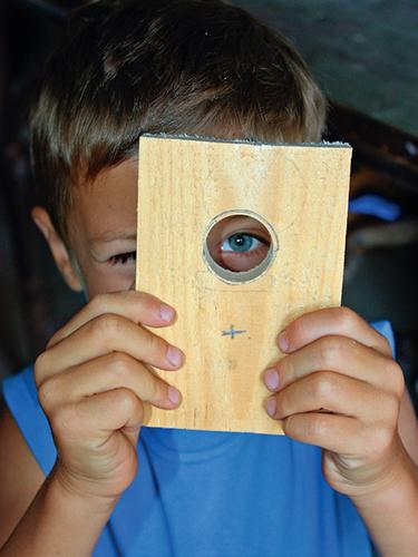 Pod vletový otvor (asi 2 cm) vyvrtejte menší dírku o průměru zhruba 8 mm