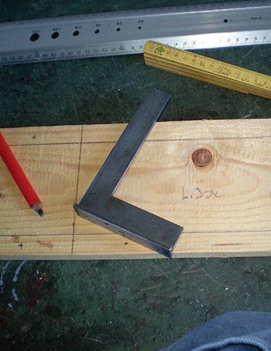 Prkna pomocí pravítka naměřte a tužkou si vyznačte místa řezu.