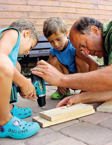 Podle zkušeností mohou děti vrtat samy nebo za pomoci dospělého.