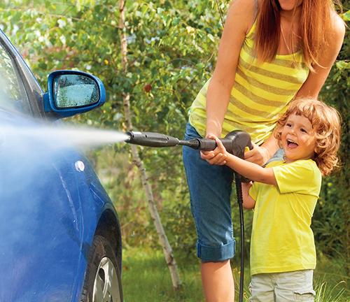 Vysokotlaký čistič má ve srovnání se zahradní hadicí vždy vyšší čisticí sílu.