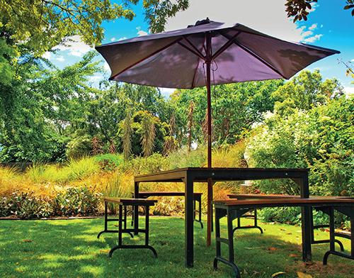 Materiál kvalitního slunečníku by měl být schopný poskytnout ochranu i při menší dešťové přeháňce.