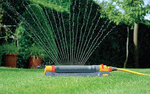 Aby zůstala zahrada pěkná a svěží i za letních dnů, vyžaduje přiměřenou zálivku dodanou ve správný čas na správné místo.