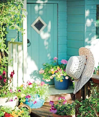 Obyvatelný zahradní domek může mít i vlastní terasu.