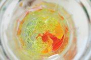 Květy ve džbánu vody osvěží tělo i oko.