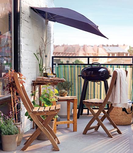Na balkon volte malé stolky a skládací židle, aby zbylo místo i na gril.