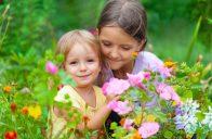 Vůně a krásné barvy do zahrady pro děti rozhodně patří.