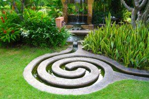 Netradiční vodní prvky se uplatní především v minimalistické zahradě.