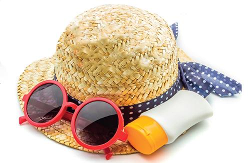 Vyhýbejte se polednímu slunci, používejte krém s vysokým ochranným faktorem, noste klobouk, sluneční brýle a hodně pijte.