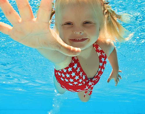 Čistý bazén je základ pro zdravé koupání dětí.