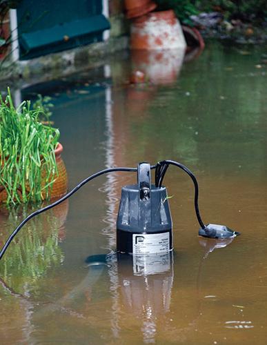Ponorné čerpadlo využijete jak při zalévání, při němž vám stálý tlak vody zajistí vodní automat, tak při odstraňování vody po povodni.