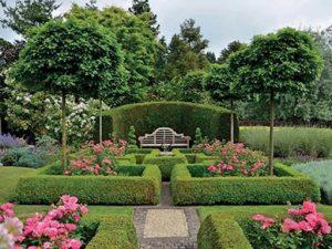 Zahradu pohledově ukončuje lavička zezadu krytá živým plotem. Stromy s kulovitou korunou jsou pomalu a kompaktně rostoucí kultivary dubu bahenního (Quercus palustris 'Green Dwarf').