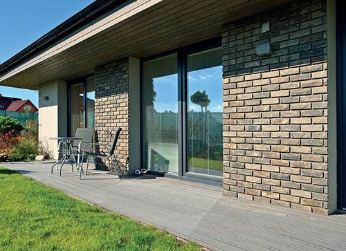 Modřínová terasa REAL DECK je ošetřena šedým terasovým olejem, smrkové podbití domu jednorázovou lazurou, obojí značky Osmo.