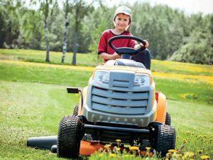 Práce se zahradním traktorem je spojená s potěšením z jízdy.