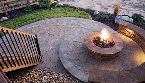 U nízkých ohnišť hrozí, že žhavé uhlíky vyletí ven a poničí okolní trávník či terasu.