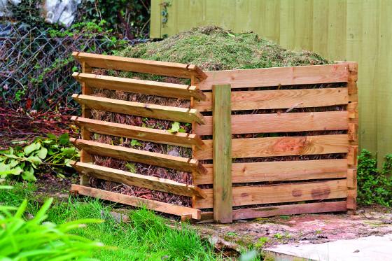 Nejčastěji se kompost dává do dřevěných ohrádek z latěk.
