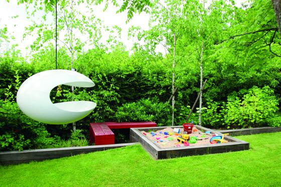 Neomezujte děti jen hracími koutky, nechte je objevovat celou zahradu.
