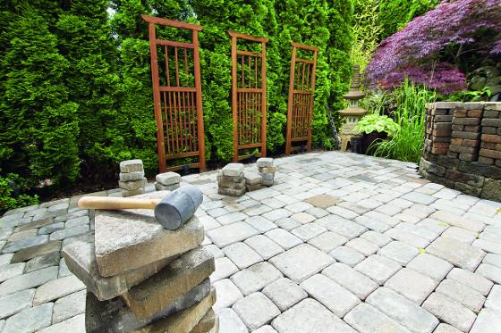 Moderní dlažby se skládají z kamenů různých velikostí, čímž z teras mizí dlouhá spára a plocha nevypadá jak před supermarketem