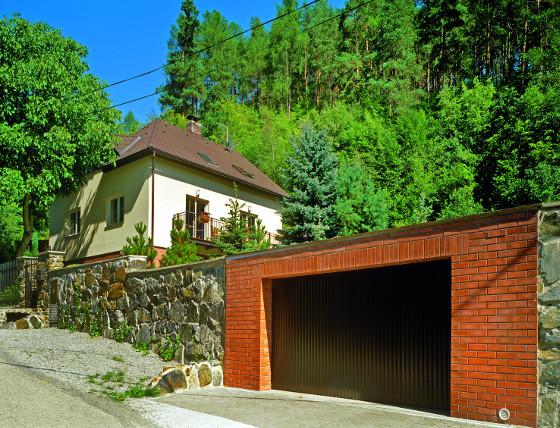 V některých místech majitelé stavěli až třímetrové opěrné zdi, aby došlo ke zpevnění svahu.