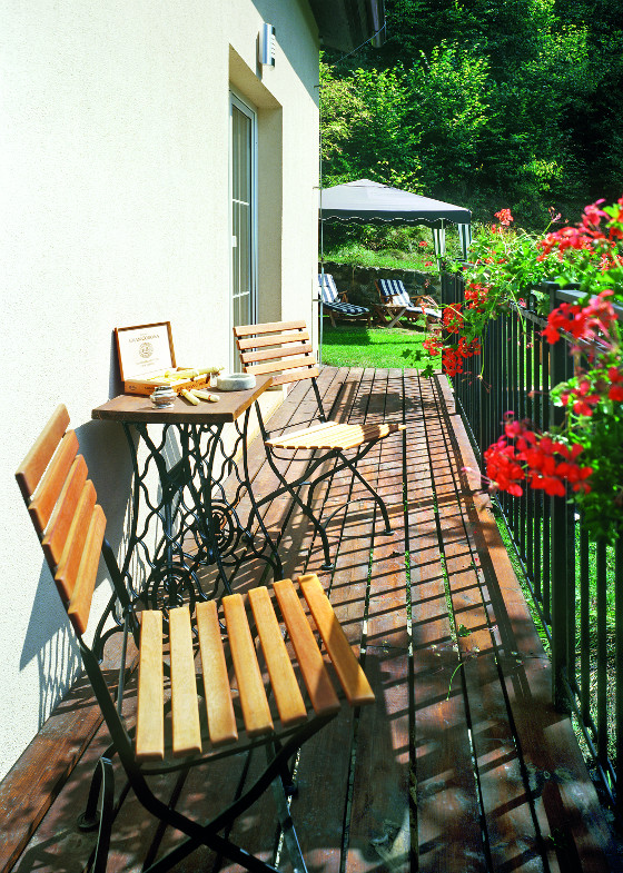 Malé posezení propojuje obytné místnosti se zahradou.