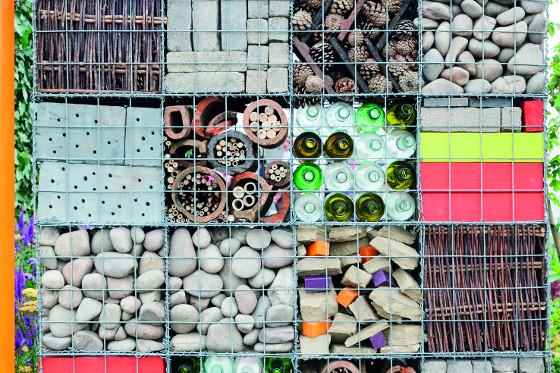 K plnění drátěných košů lze zvolit nejen kámen, ale také cihly, stavební suť, láhve, cokoliv.