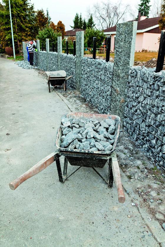 Vyskládat kámen do sítí a postavit si tak téměř nezničitelný plot zvládnete sami.