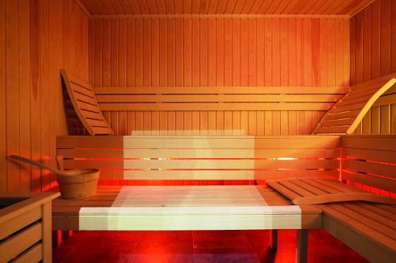 Lavice v sauně je dobré doplnit volně položenými opěrkami zad a hlavy, aby si je každý mohl nastavit podle sebe a dopřát si maximální pohodlí.