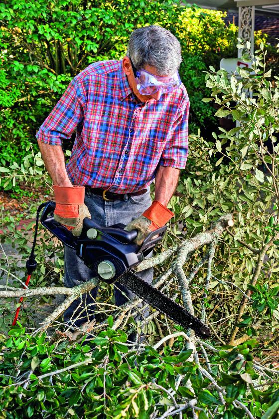Pro občasné práce na zahradě vám postačí elektrické pily, které se svými rozměry i nízkou hmotností dobře vejdou do malých prostor a snadno se s nimi manipuluje.