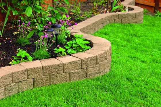 Přistavbě betonových zídek myslete na to, že musejí být od okolního terénu oddělené filtrační vrstvou a fólií, abyste zabránili tvorbě výkvětů.