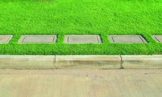 Obrubníky mohou mít nejen rovný, ale i kruhový nebo vlnitý tvar. Zpravidla se vyrábějí z betonu s hladkým povrchem.