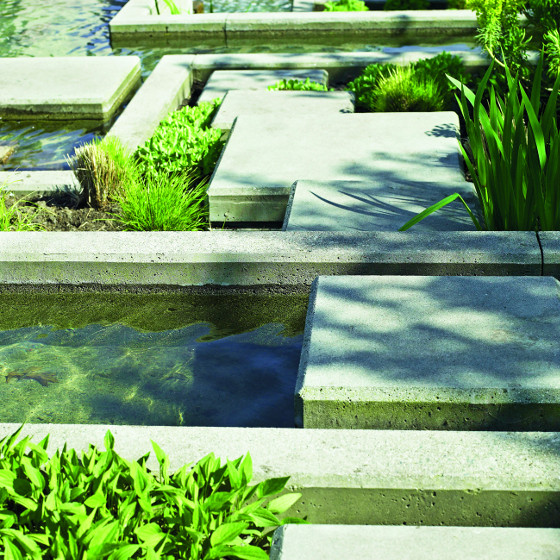 Odolný beton je vhodný i na obrubníky k bazénům a jiné vodní prvky.