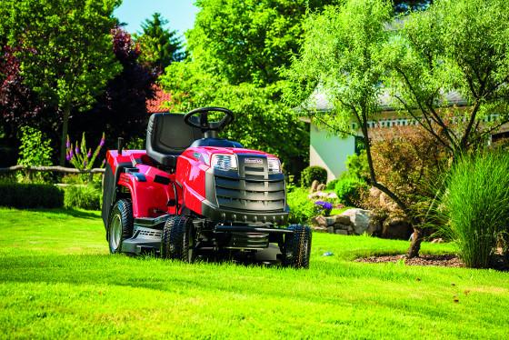 Rider MTF 1638H, novinka v nabídce společnosti Mountfield, zjednodušuje práci na zahradě díky výkonnému motoru, širokému záběru sekačky a také komfortnímu ovládání.