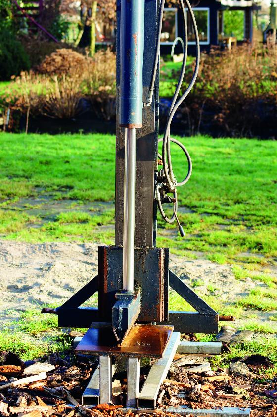 Vertikální štípačku potřebujete, jestliže chcete zpracovávat tvrdé dřevo, které je výhřevnější a déle hoří než měkké.